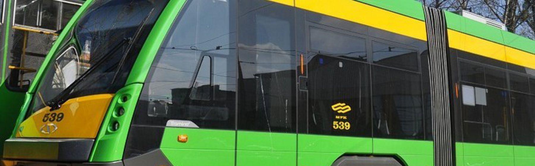 Samochód wpadł na torowisko na ul. Jana Pawła II, tramwaje jadą objazdami, utrudnienia także dla kierowców (Aktualizacja)