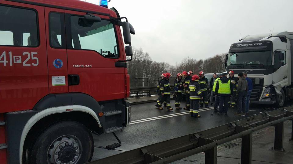 Trasa Poznań – Zielona Góra zablokowana na DK32. Zderzenie dwóch samochodów osobowych i ciężarówki na wiadukcie w Wolsztynie