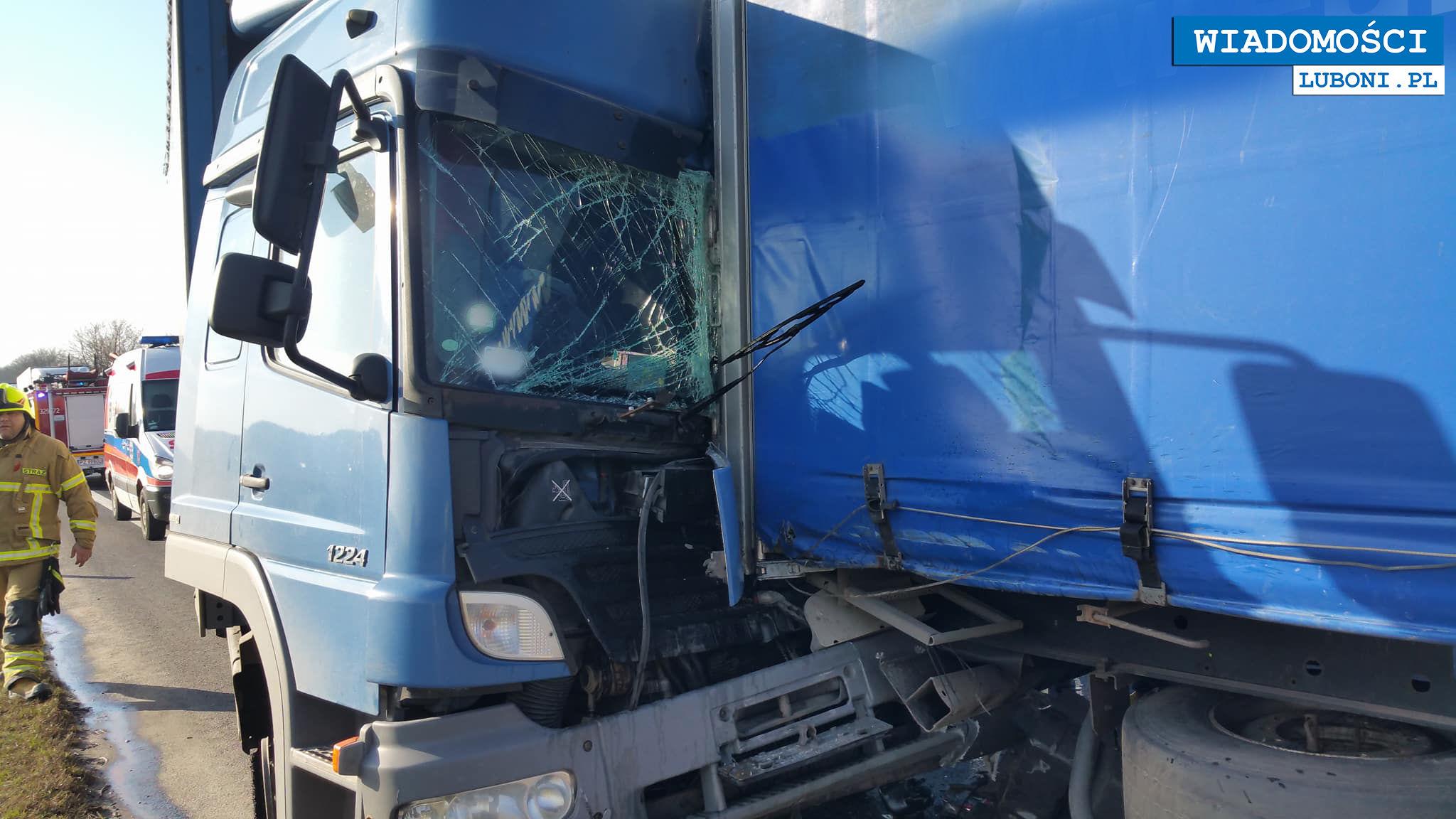 Poranne zderzenie dwóch ciężarówek pod Poznaniem