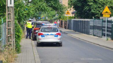 Policja zatrzymuje kierowców, którzy łamią przepisy w rejonie przejazdu kolejowego na Dębcu