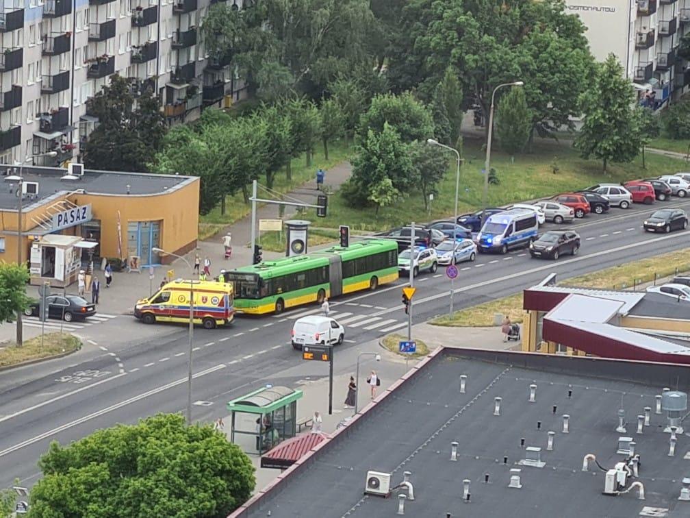Gwałtowne hamowanie autobusu i poszkodowana pasażerka – utrudnienia na ul. Murawa