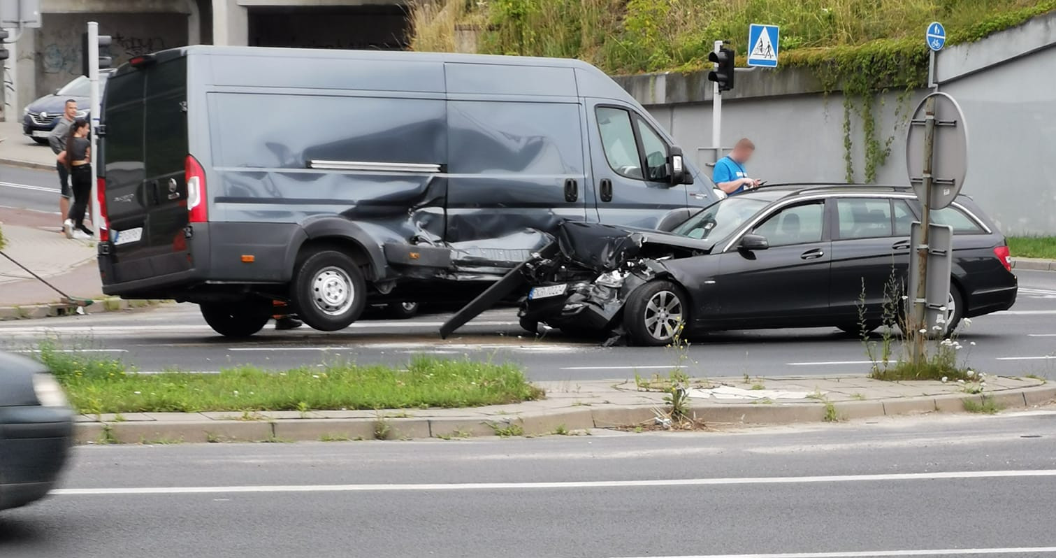 Zderzenie pojazdów na skrzyżowaniu ul. Podwale i Zawady