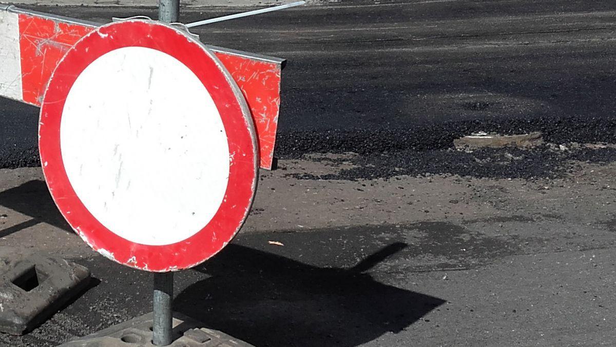 Awaria rurociągu i zapadnięta jezdnia – utrudnienia w rejonie ul. Jawornickiej i Promienistej