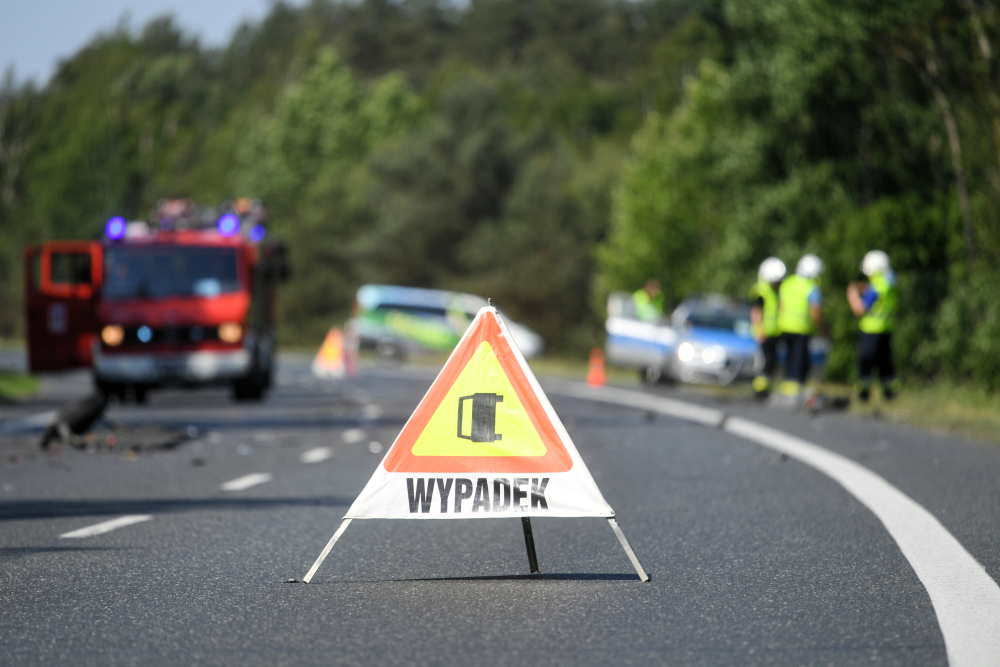 Wypadek busa z beczkowozem na trasie do Mosiny