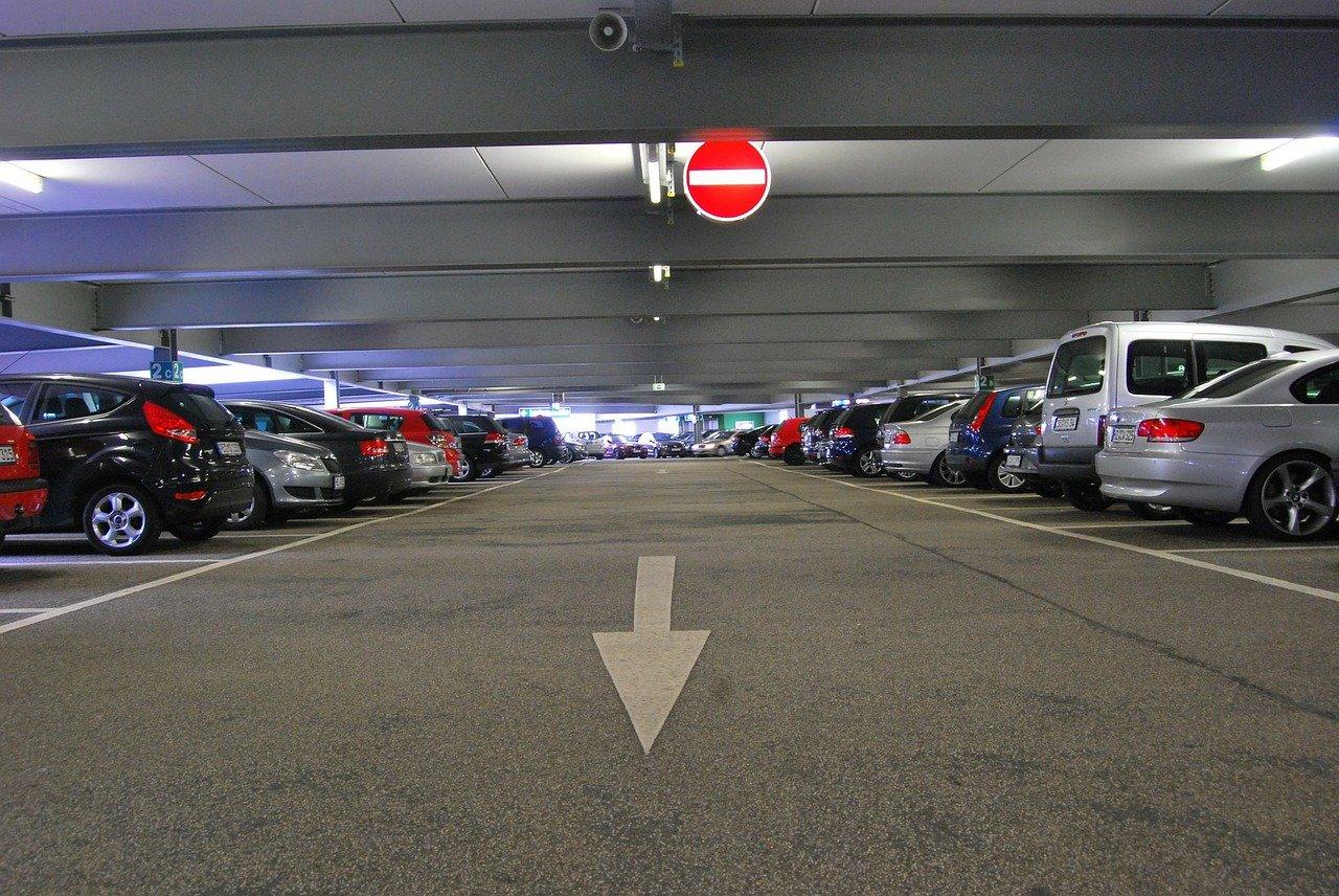 Parkingi pod targowiskami i nad boiskiem? Poznań rozważa budowę parkingów kubaturowych
