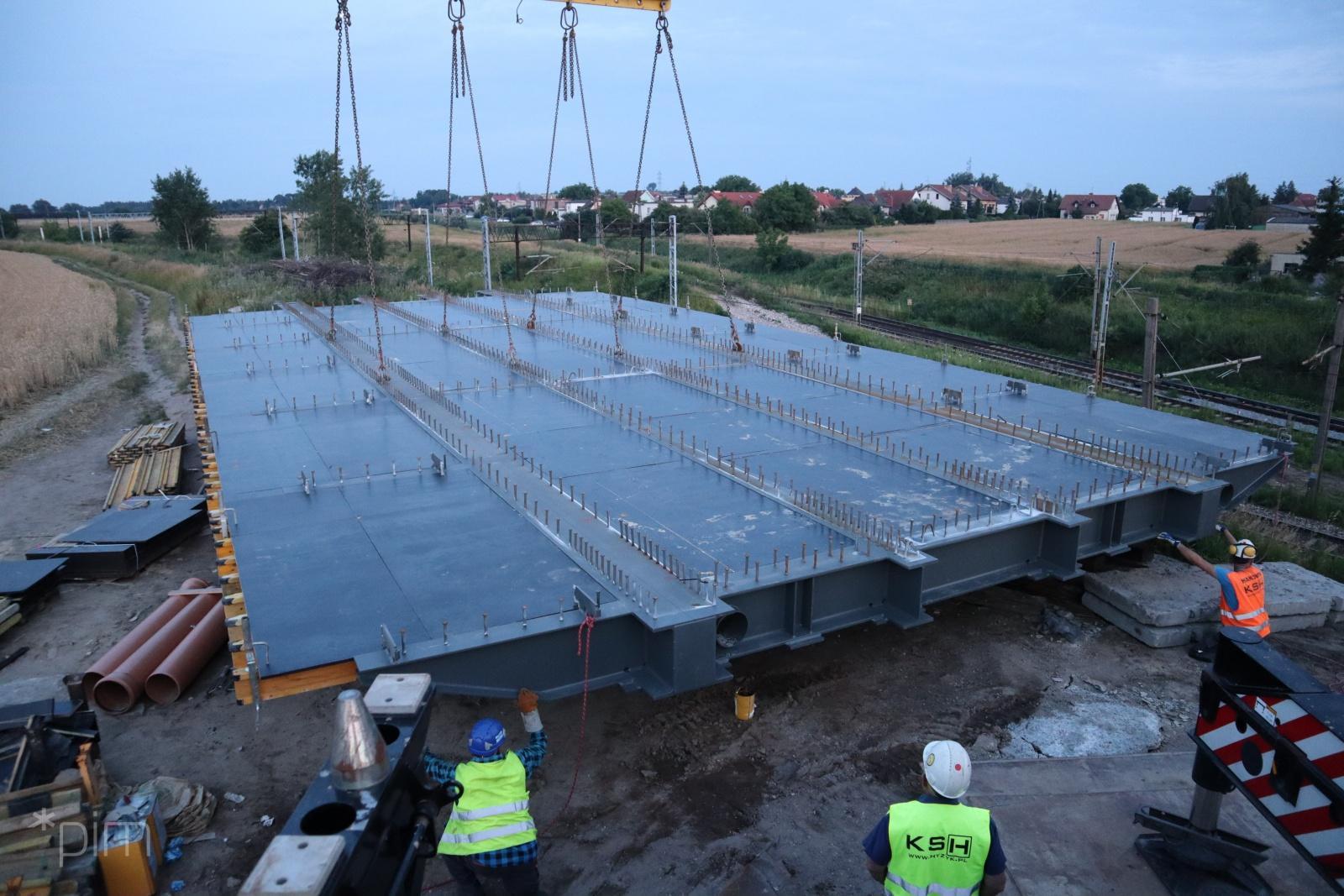 Zakończono montaż elementów konstrukcji nośnej nowego wiaduktu w ciągu ul. Gołężyckiej