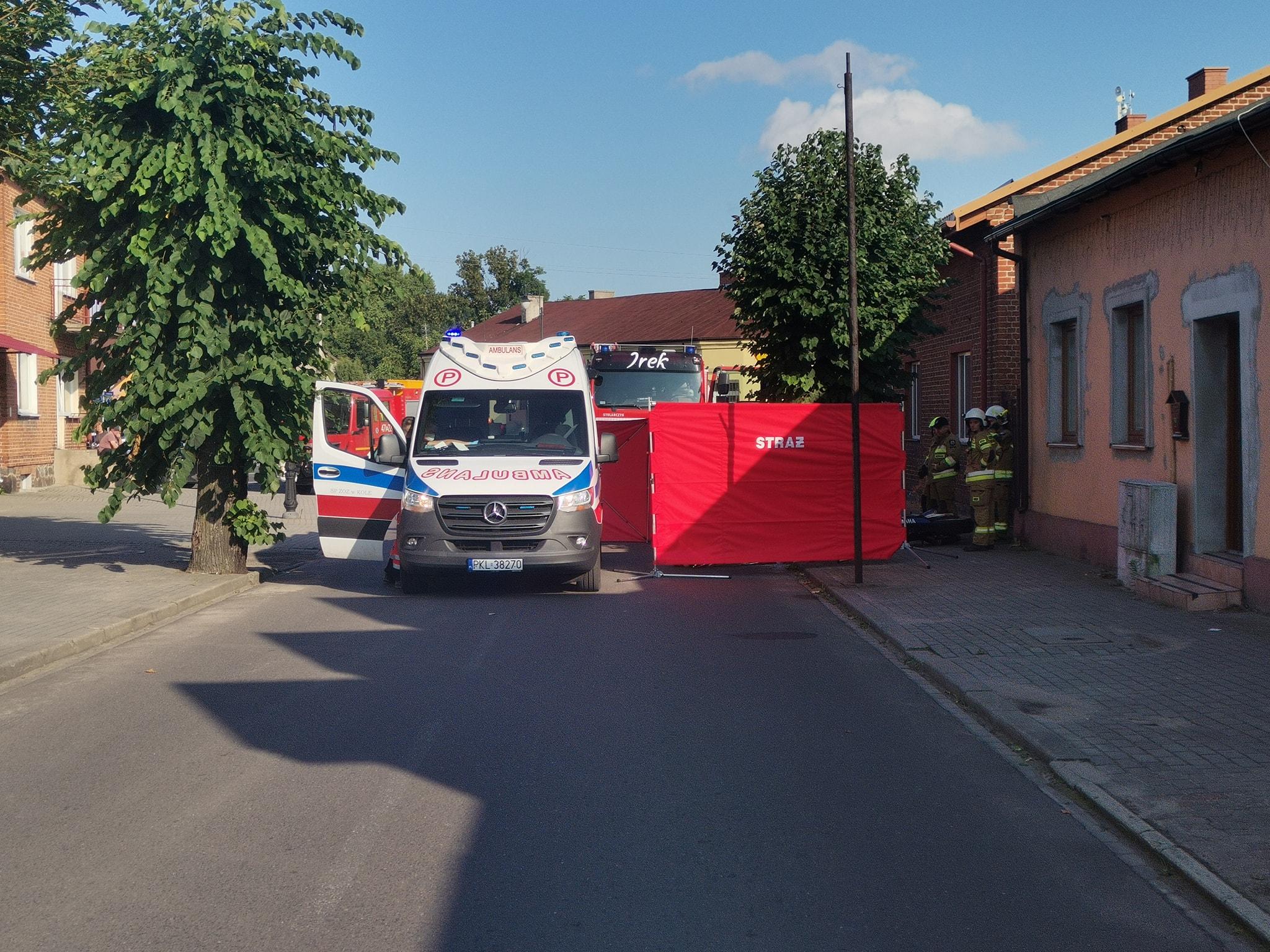 Motocyklista z dużą prędkością uderzył w ścianę budynku
