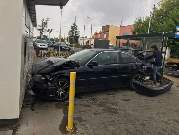 Samochód uderzył w paczkomat na Fabianowie