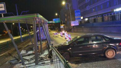 Samochód wjechał w przystanek w rejonie ul. Hetmańskiej i Rolnej