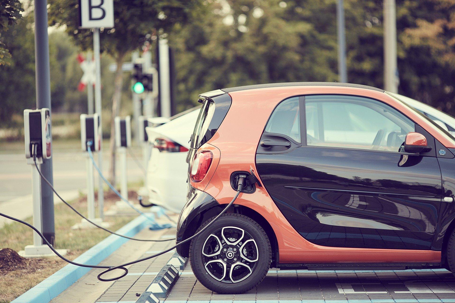 Cztery na dziesięć osób planujących zmianę auta, chce kupić samochód elektryczny