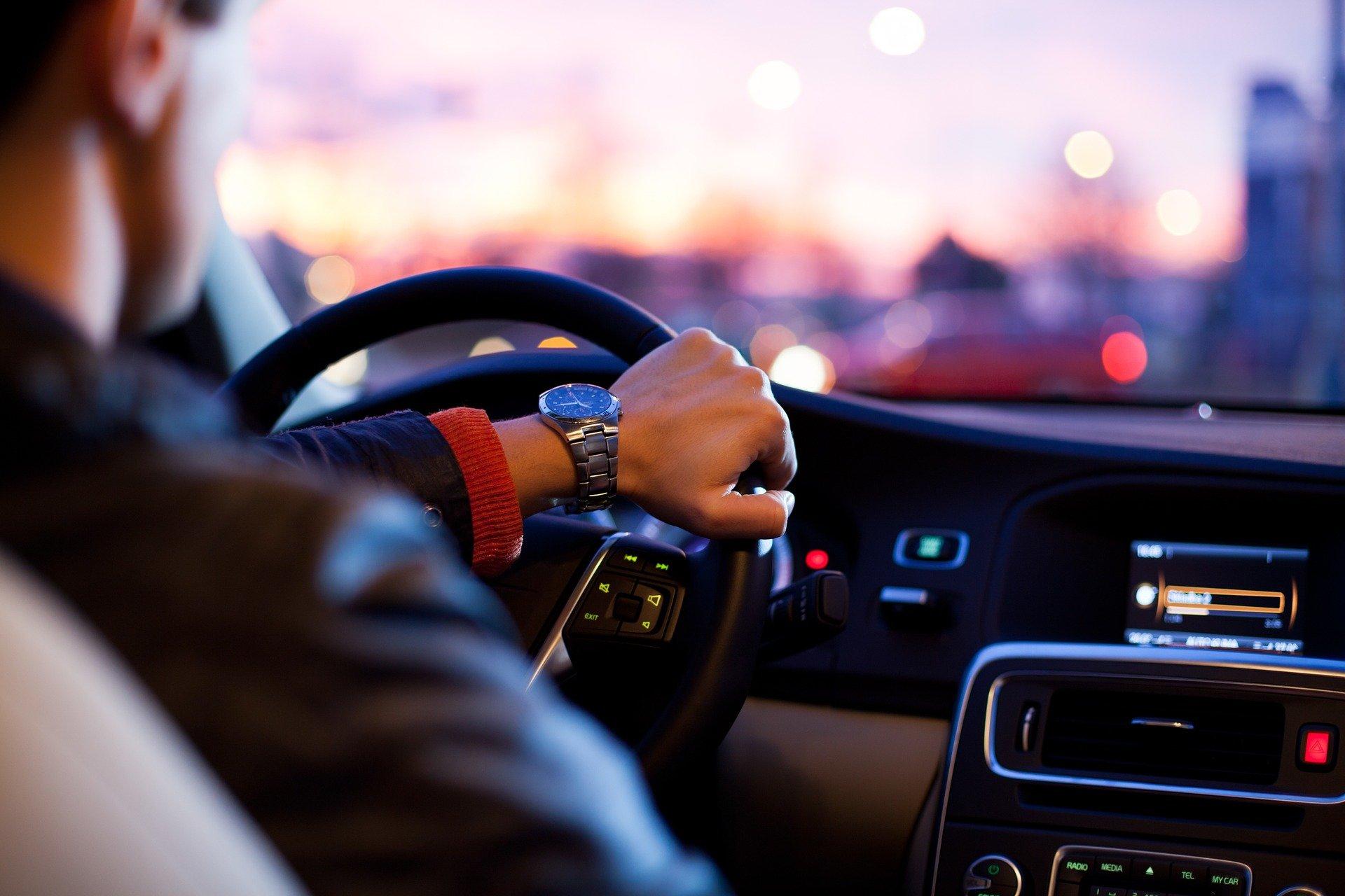 Szybcy i wściekli czy rozsądni i oszczędni? Wiemy co w samochodach cenią mężczyźni
