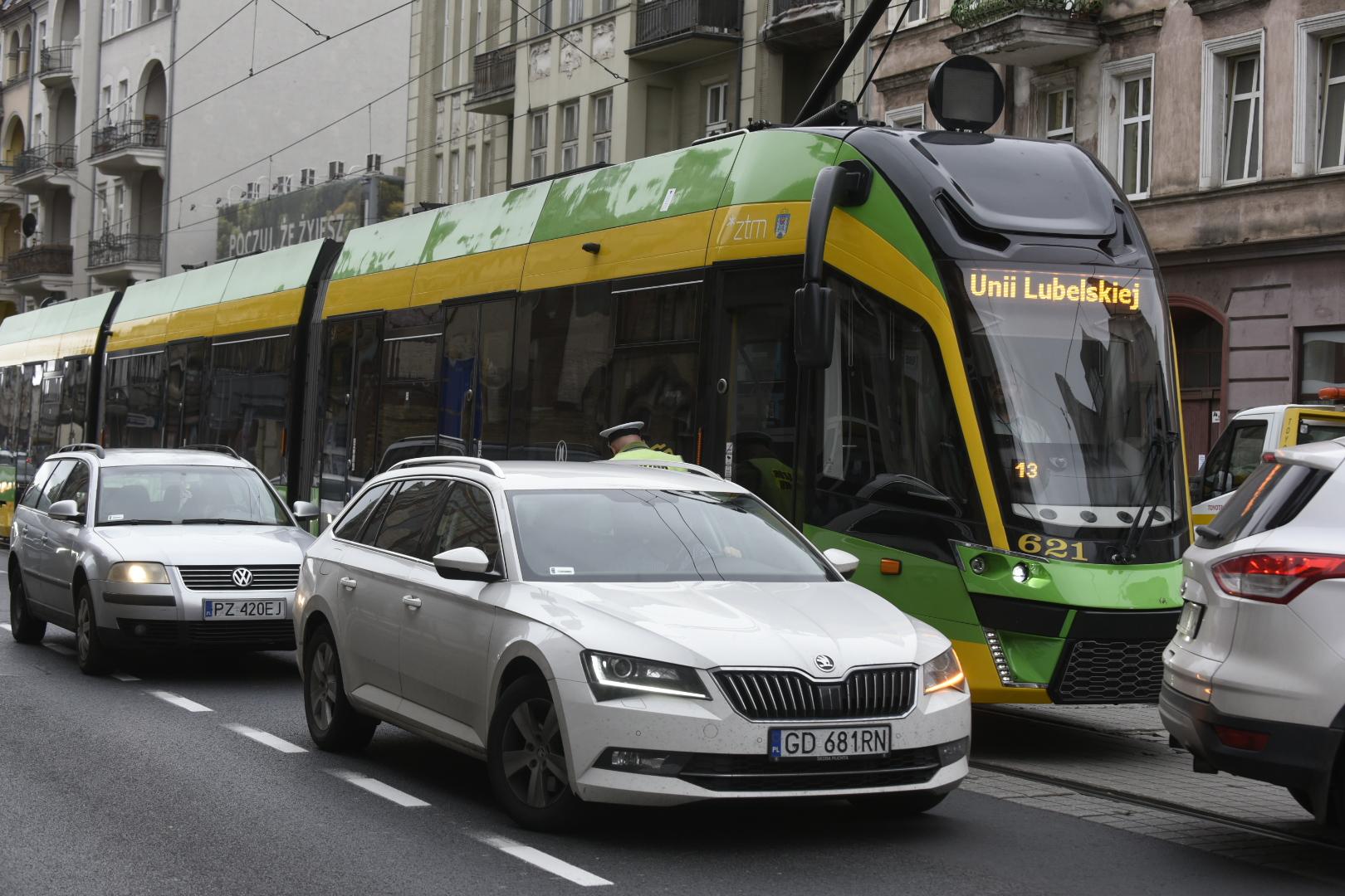 Kolizja samochodu z tramwajem na ul. Głogowskiej