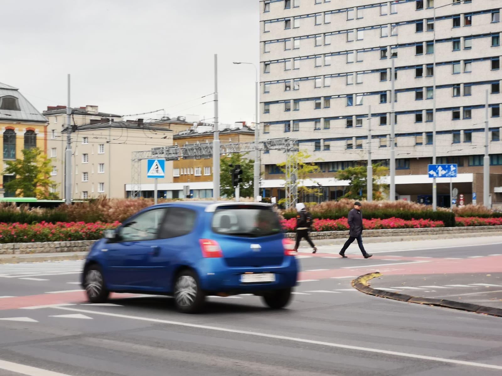 """""""Gdzie jest policja?"""". Piesi przechodzą po Rondzie Kaponiera zamiast korzystać z przejść podziemnych"""