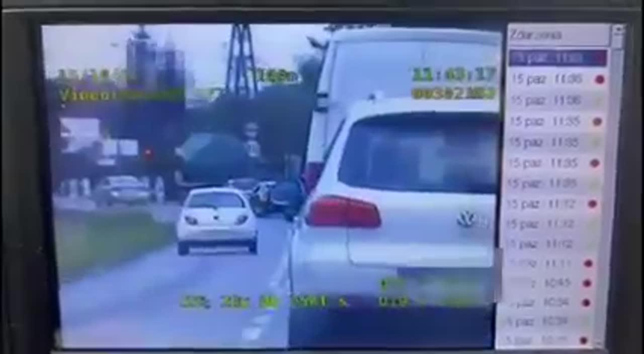 Nie chciała czekać w korku przy ruchu wahadłowym, więc złamała przepisy… na oczach policjantów