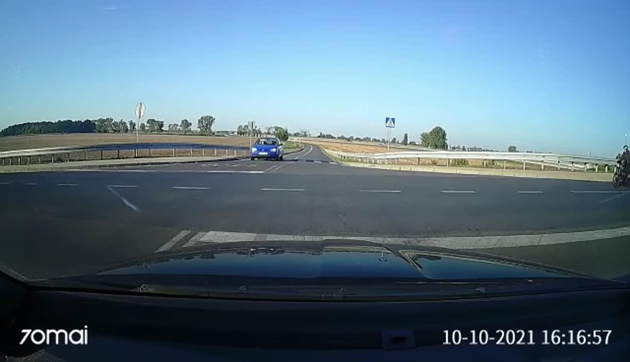 Nieodpowiedzialność kierowcy, która mogła skończyć się tragicznie. Policja publikuje nagranie groźnego wypadku